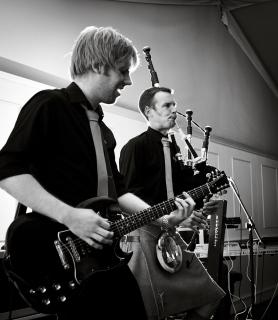 rocking-bagpipe-performance
