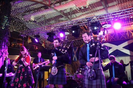 rocking-bagpipes-entertaining-corporate-event-at-merchant-square
